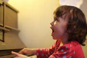 ребенок любит петь